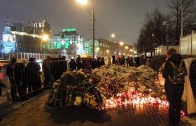 Цветы и свечи у посольства Франции в Москве 2
