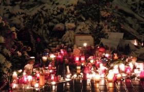 Цветы и свечи у посольства Франции в Москве 3