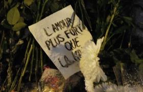 Цветы и свечи у посольства Франции в Москве 4