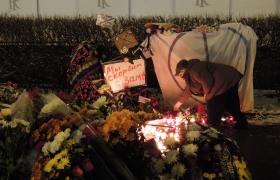 Цветы и свечи у посольства Франции в Москве 5